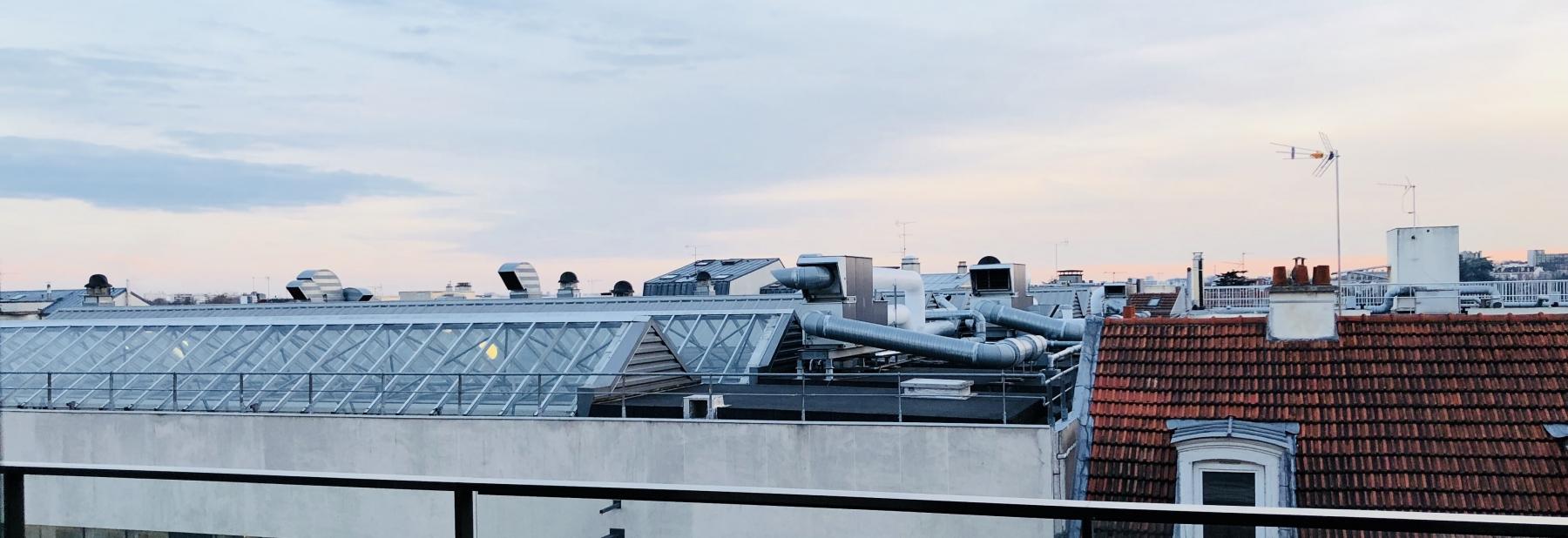 Vers les toits