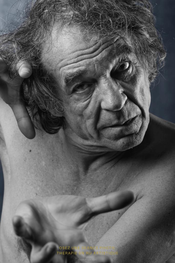 Portrait d'un homme mature en nu artistique et noir et blanc