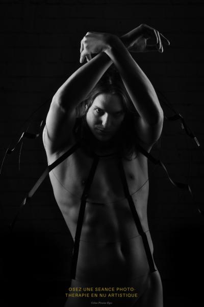 Homme nu de face dans une crinoline les mains en l'air