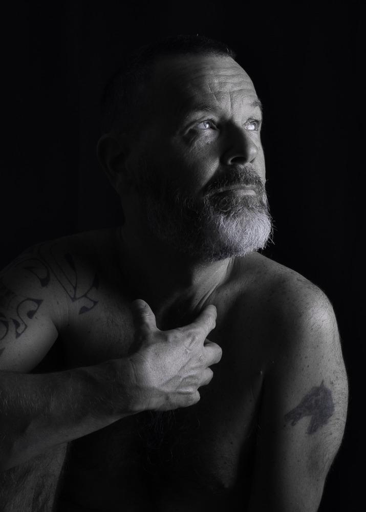Portrait d'un homme barbu et tatoué en nu artistique