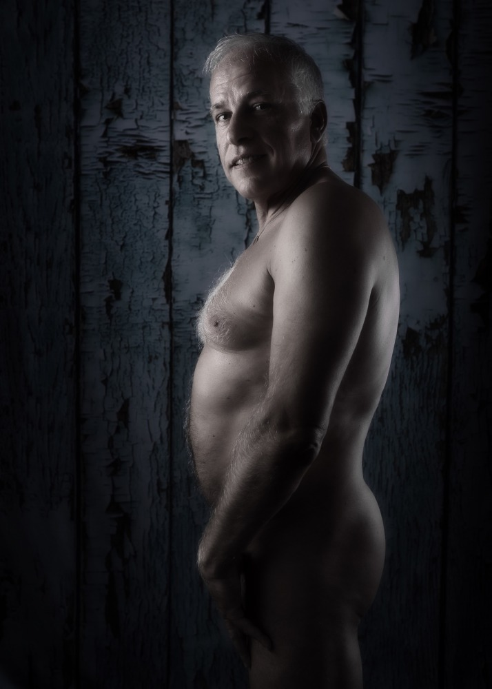 Homme mature en nu artistique de profil debout
