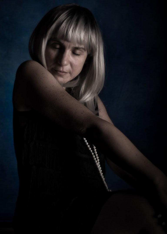 Portrait d'une femme aux cheveux blancs carrés les yeux fermés