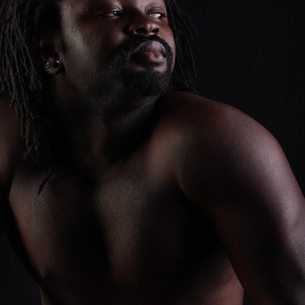 portrait d'un homme black noir en nu artistique de profil