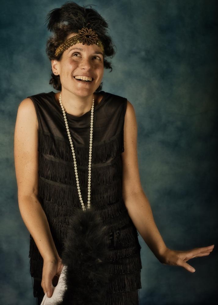 Séance photo-thérapie pour femme par femme photographe en tenue charleston années 30