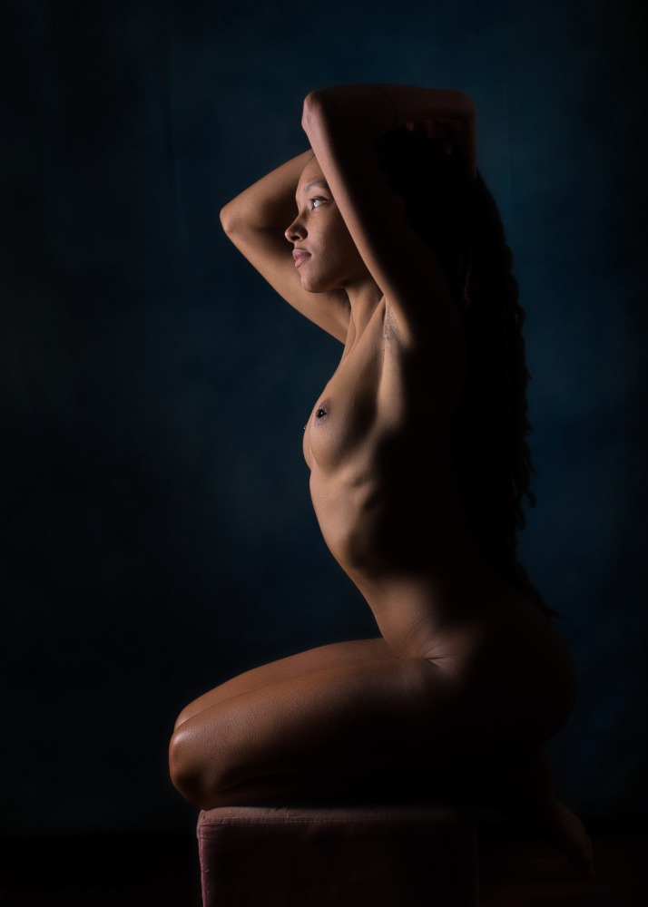 modèle femme black en nu artistique clair obscur de profil portrait