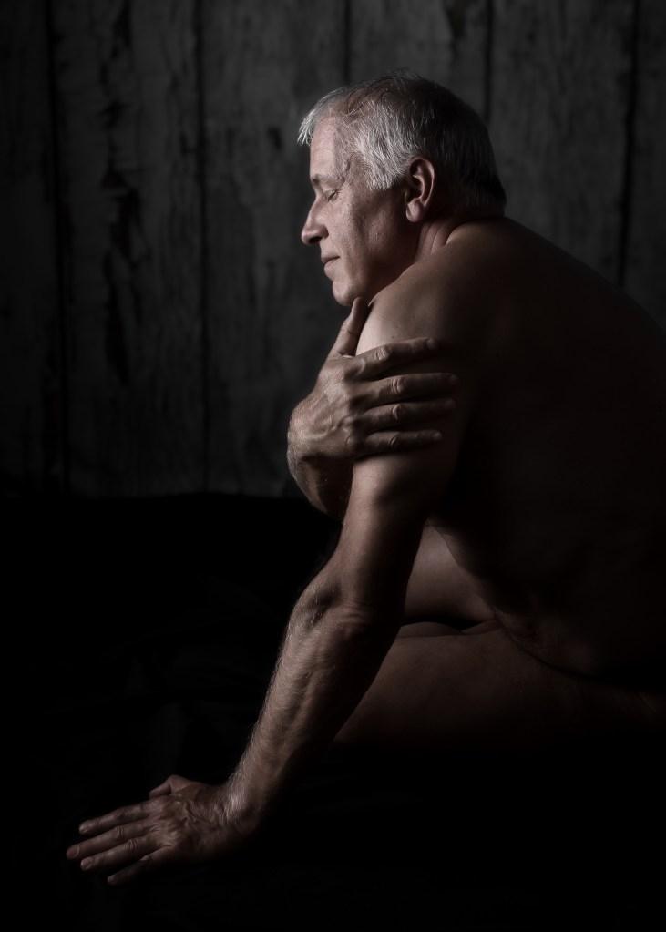 homme mature en nu artistique de profil les yeux fermés
