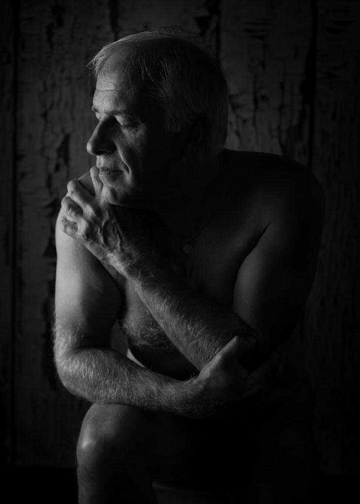 portrait d'un homme mature en nu artistique noir et blanc les yeux fermés