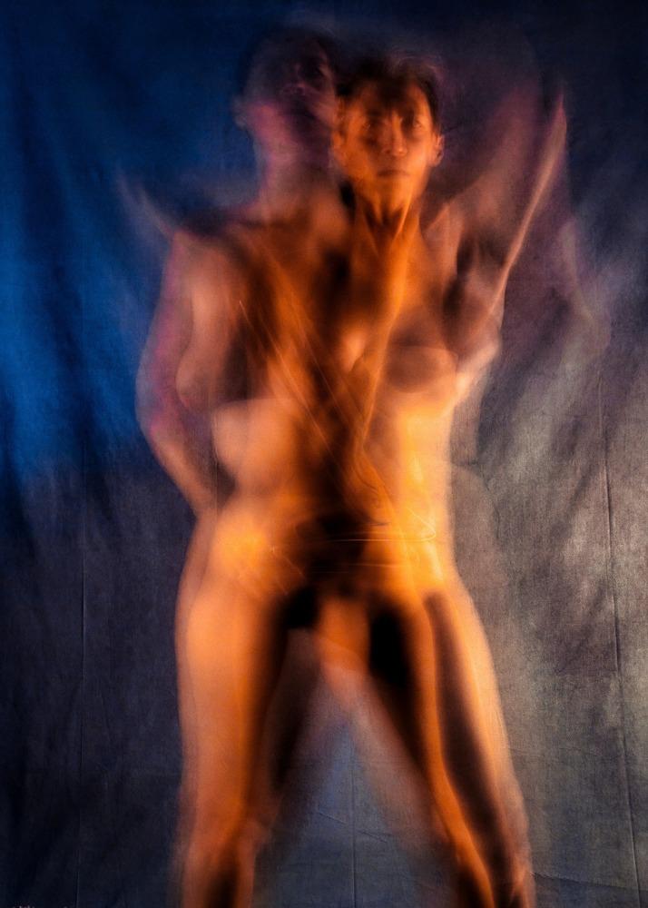 femme en nu artistique flou de mouvement de face dans une danse