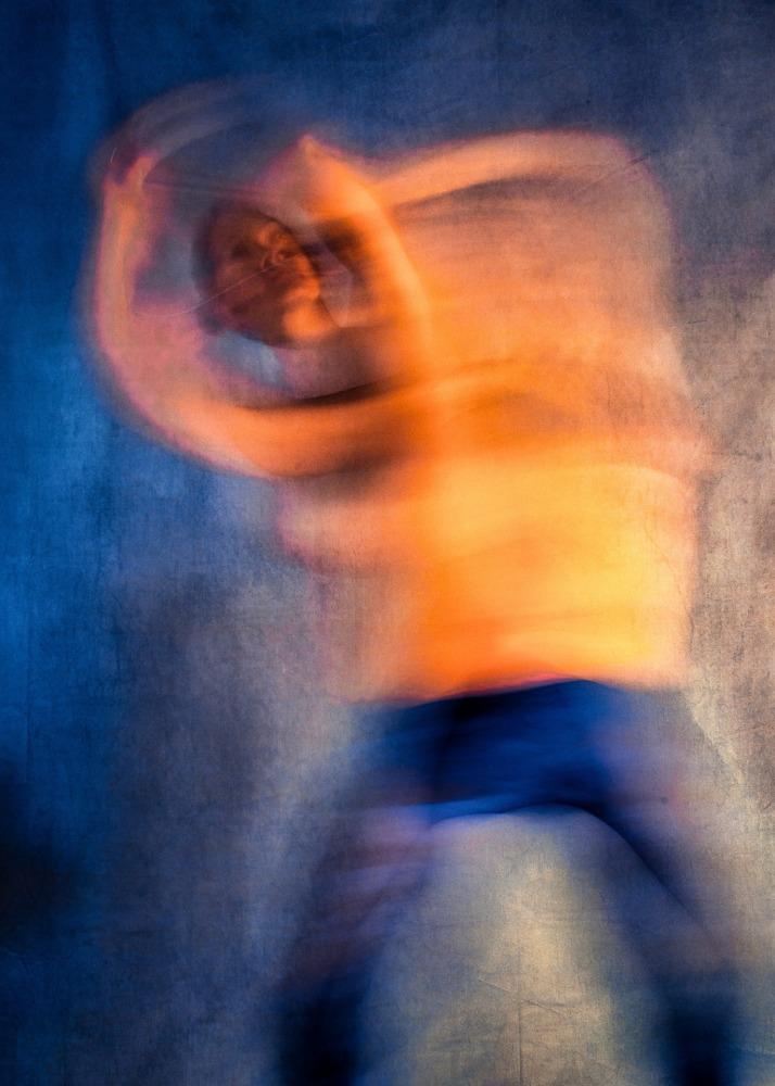 femme en nu artistique flou de mouvement de face danse