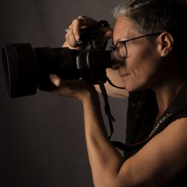 portrait d'une femme photographe de profil